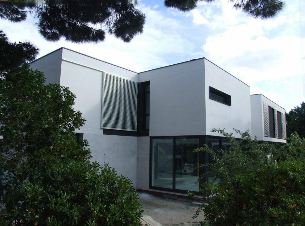 Vista exterior de la fachada. Vivienda Unifamiliar en Monteclaro, Pozuelo de Alarcón, Madrid.Un proyecto del estudio de arquitectura FH2L Arquitectos.