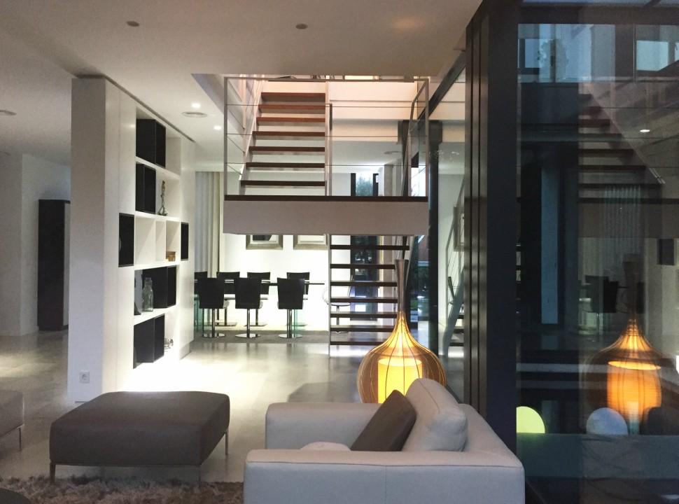 Salón Doble altura y comedor. Vivienda Unifamiliar en Monteclaro, Pozuelo de Alarcón, Madrid.Un proyecto del estudio de arquitectura FH2L Arquitectos.