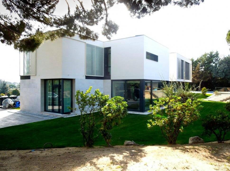 Vista exterior. Vivienda Unifamiliar en Monteclaro, Pozuelo de Alarcón, Madrid.Un proyecto del estudio de arquitectura FH2L Arquitectos.