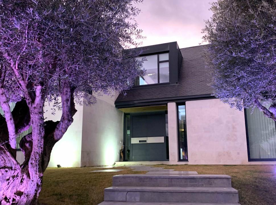 Acceso principal. Vivienda Unifamiliar en Monteclaro, Pozuelo de Alarcón, Madrid.Un proyecto del estudio de arquitectura FH2L Arquitectos.