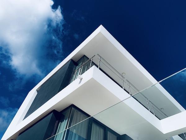 Proyecto de arquitectura del estudio FH2L Arquitectos de 3 viviendas unifamiliares más pisicna en la URB La Alcaidesa, Cádiz